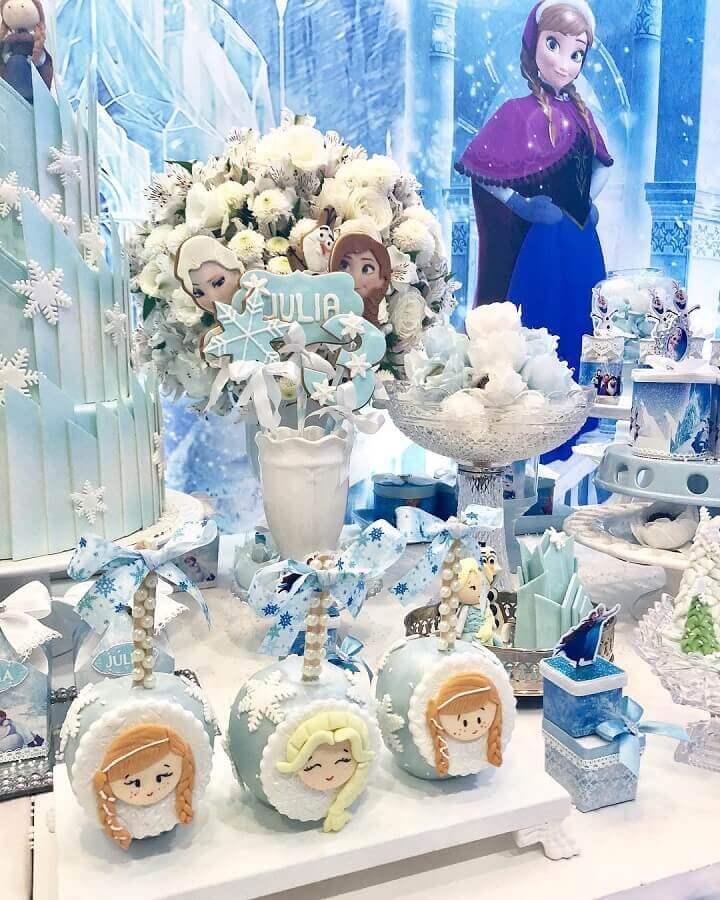 decoração de festa da frozen com doces personalizados e arranjo de rosas brancas Foto Areta e Ariane Carvalho