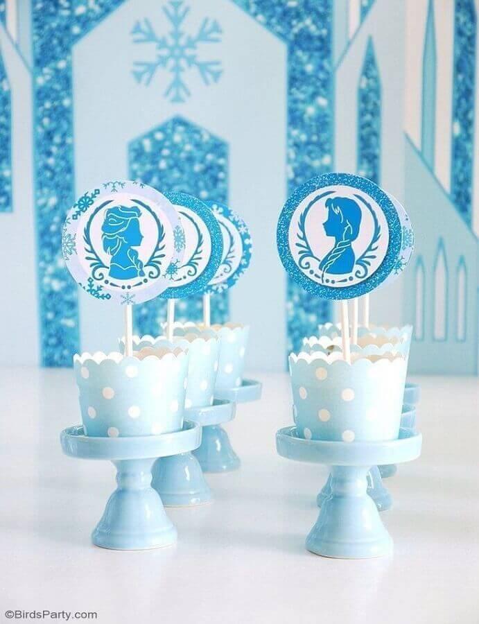 decoração de festa da frozen com forminhas azuis com bolinhas brancas Foto BirdsParty