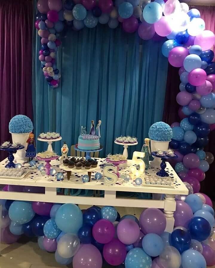 decoração de festa da frozen com muitos balões e bolo simples Foto Decoração Locação de Peças