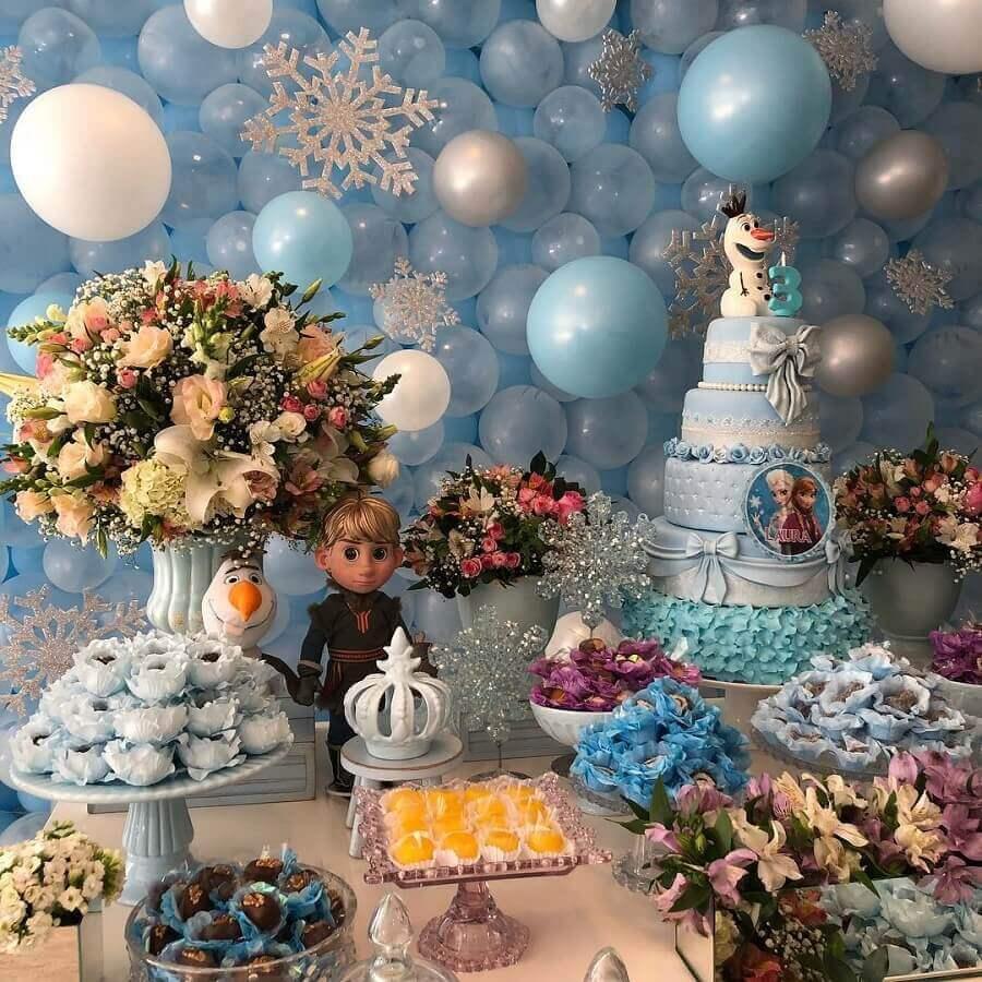 decoração de festa da frozen com painel de balões arranjo de flores e doces personalizados Foto Fantastique by Bárbara Brant