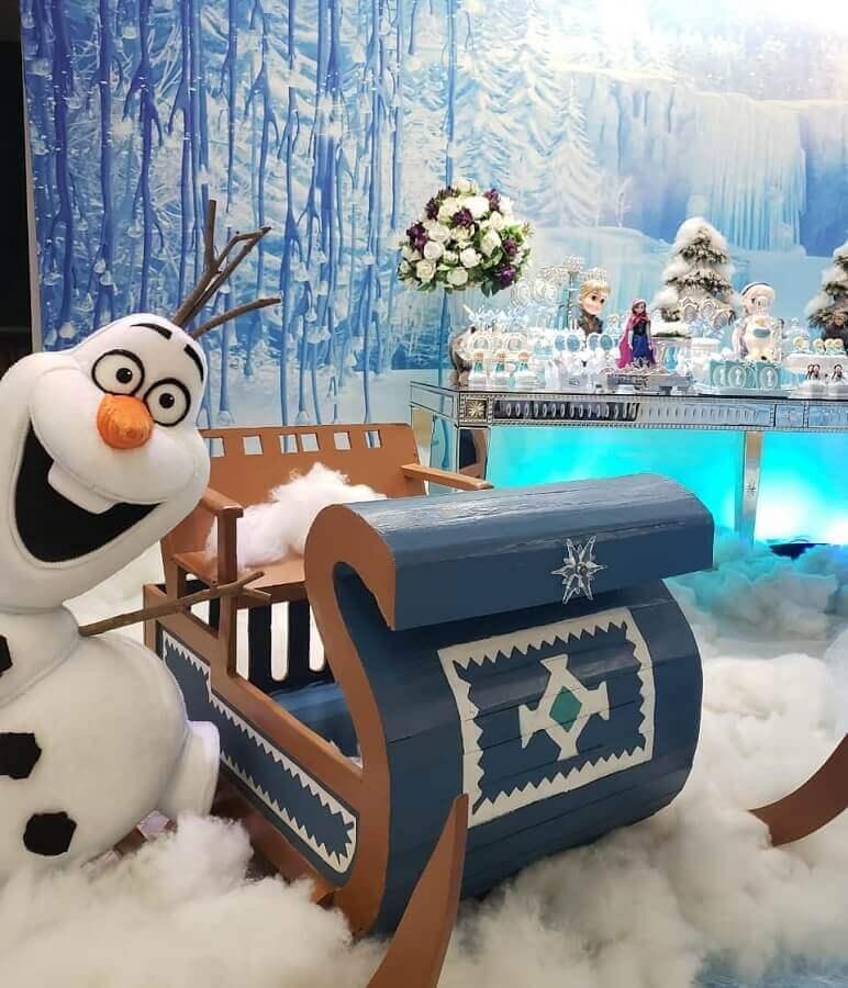 decoração de festa da frozen com treno de brinquedo e painel de natureza gelada Foto Naty e Cia