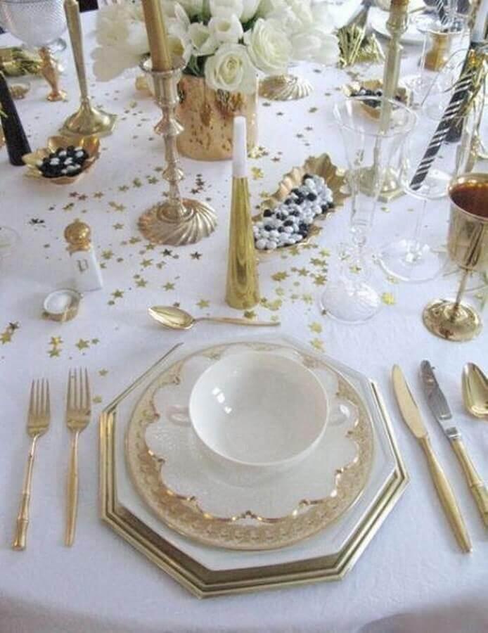 decoração de mesa de ano novo branca e dourada Foto Design Innova