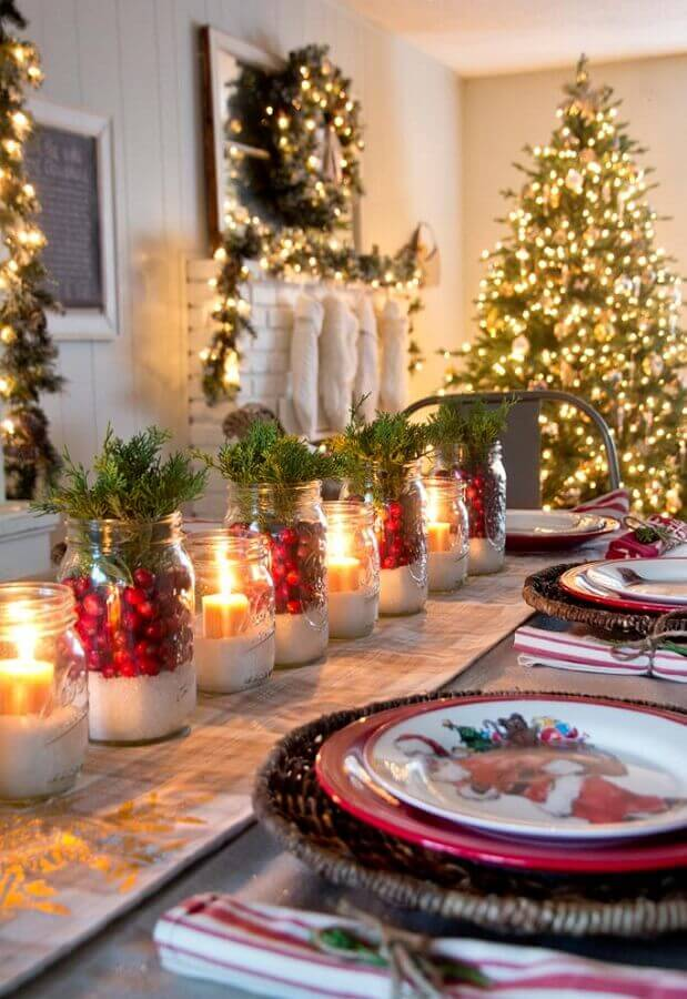 Christmas table decoration with candles and Christmas plates Foto Trending Decors