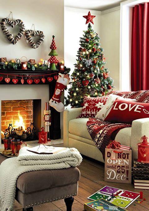Decoração de natal com papai noel decorando a árvore e a lareira