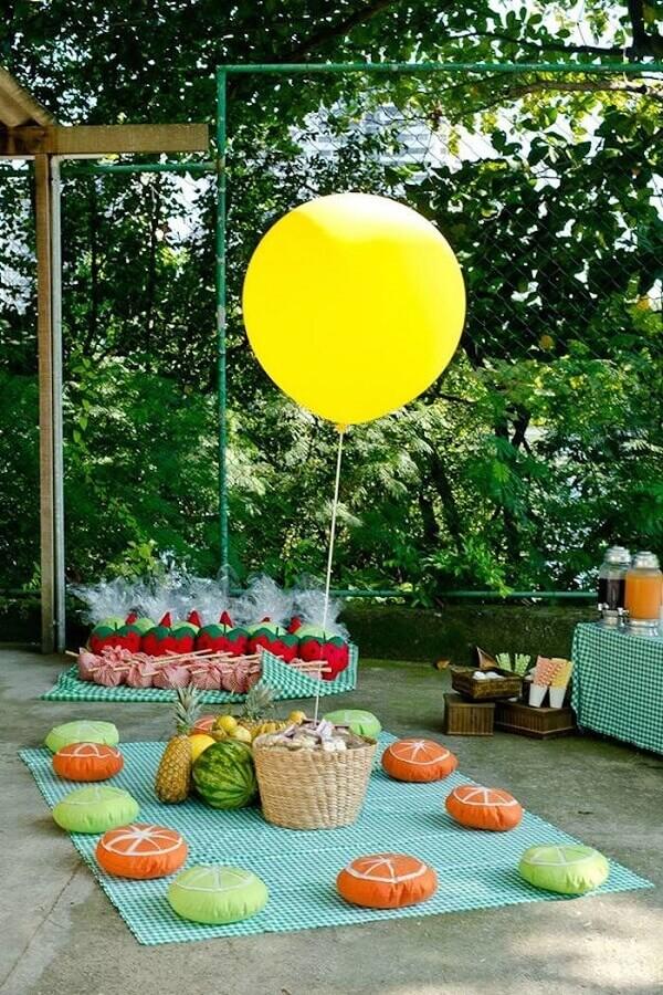 decoração de piquenique com almofadas em formato de frutas Foto Chic de Ideias