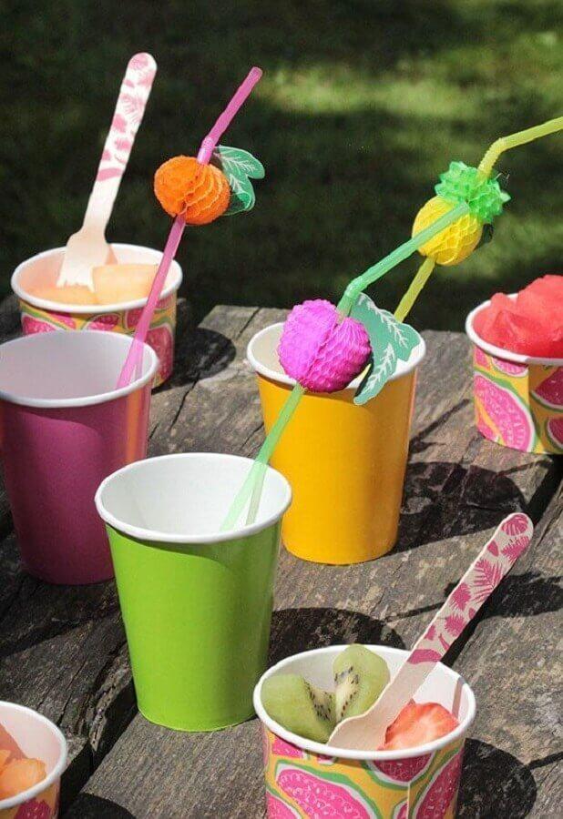 decoração de piquenique com copos coloridos Foto Pinosy