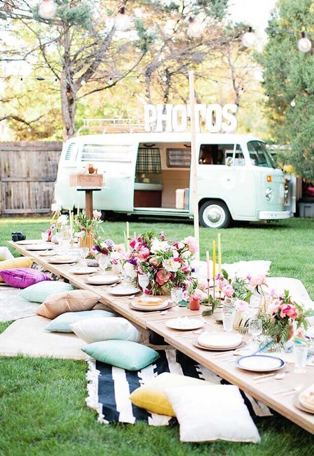 decoração de piquenique com mesa baixa arranjo de flores e almofadas Foto Pinterest
