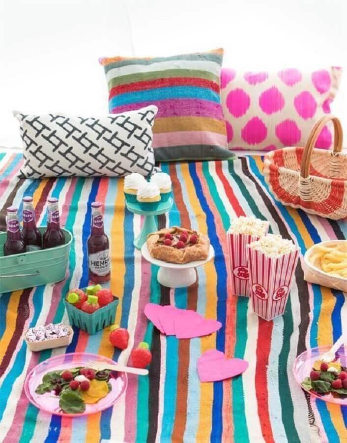 decoração de piquenique com toalha e almofadas coloridas Foto Pinterest