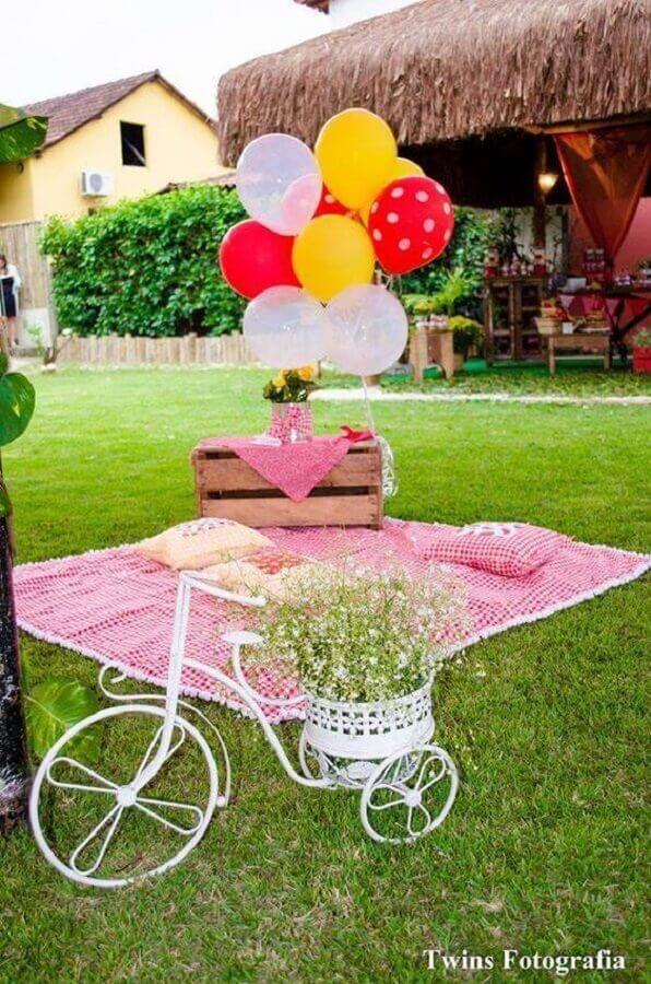 decoração de piquenique com toalha xadrez e bicicleta decorativa Foto Twins Fotografia