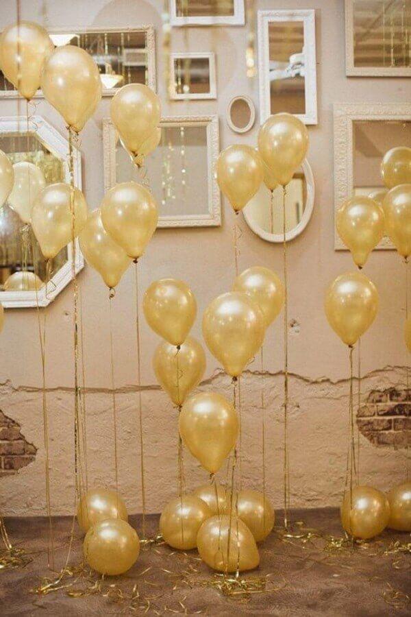 decoração de réveillon com balões dourados Foto ArqDrops