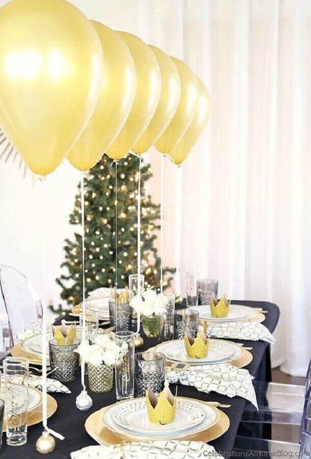 decoração de réveillon com balões dourados Foto CasaTresChic