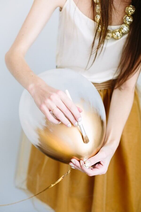 decoração de réveillon com balões pintados de dourado Foto Mary Costa Photography