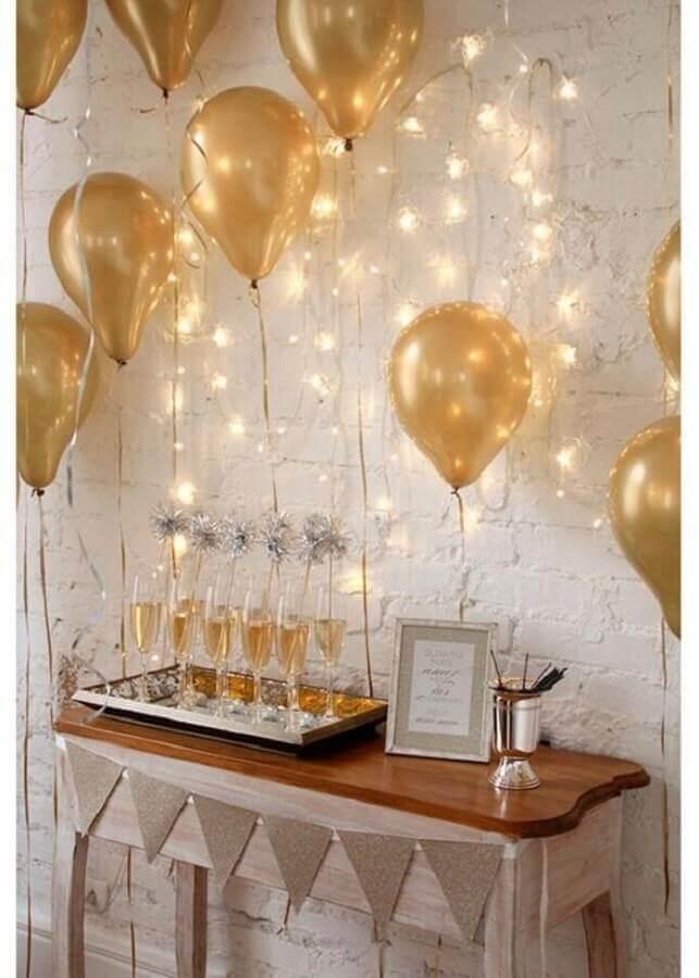 decoração de réveillon simples com balões dourados Foto HappyShappy
