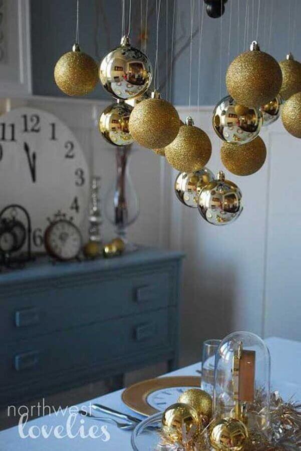 decoração de réveillon simples com bolas de natal douradas Foto Northwest Lovelies