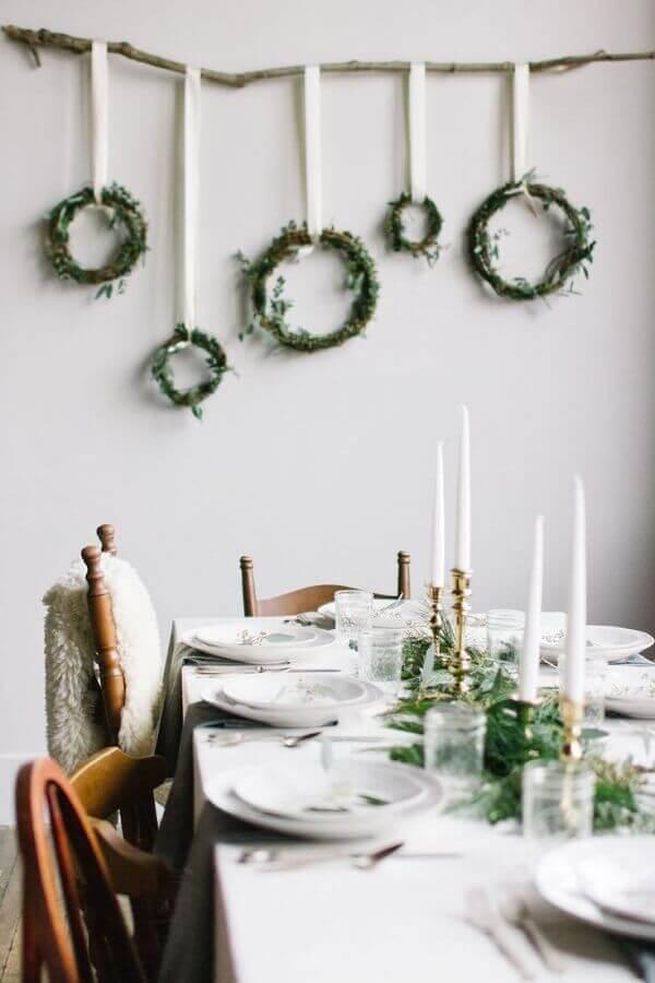 decoração de réveillon simples com guirlandas na parede Foto Pinterest