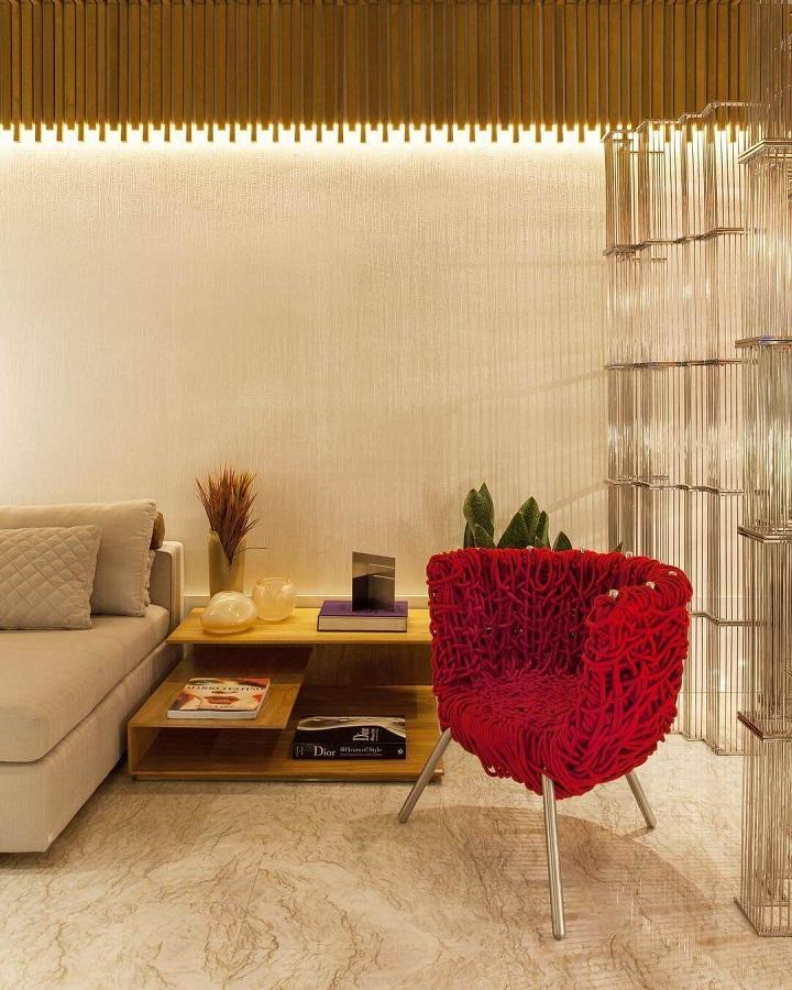 decoração de sala bege com poltrona vermelha moderna Foto Studio Tsae
