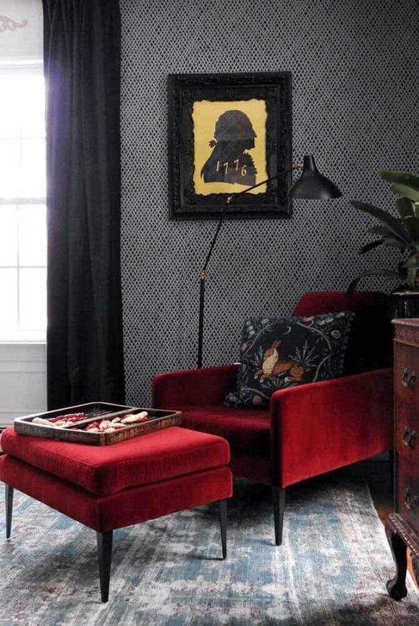 decoração de sala cinza com poltrona decorativa vermelha com puff Foto Houzz