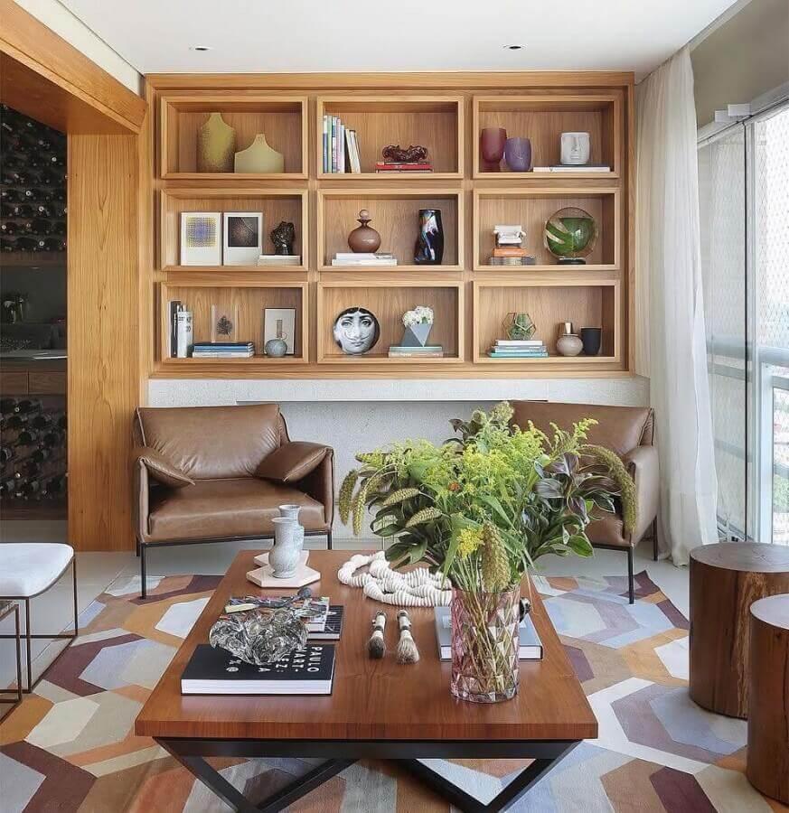 decoração de varanda com nichos de madeira e tapete geométrico colorido em cores neutras Foto Otimizi