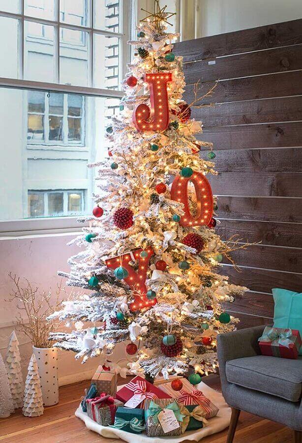 decoração diferente com enfeites para árvore de natal Foto Pinterest