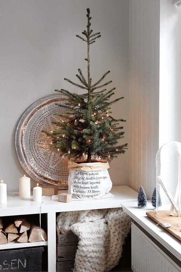 decoração estilo escandinava com árvore de natal pequena Foto Homelovr