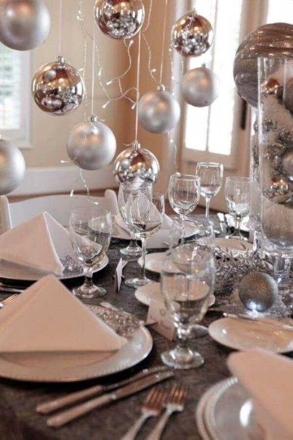 decoração mesa réveillon simples com bolas de natal prata Foto Homex Imóveis