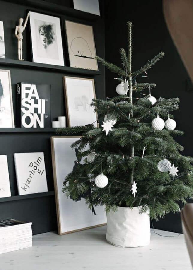 decoração minimalista com árvore pequena de natal Foto Colourful Girl