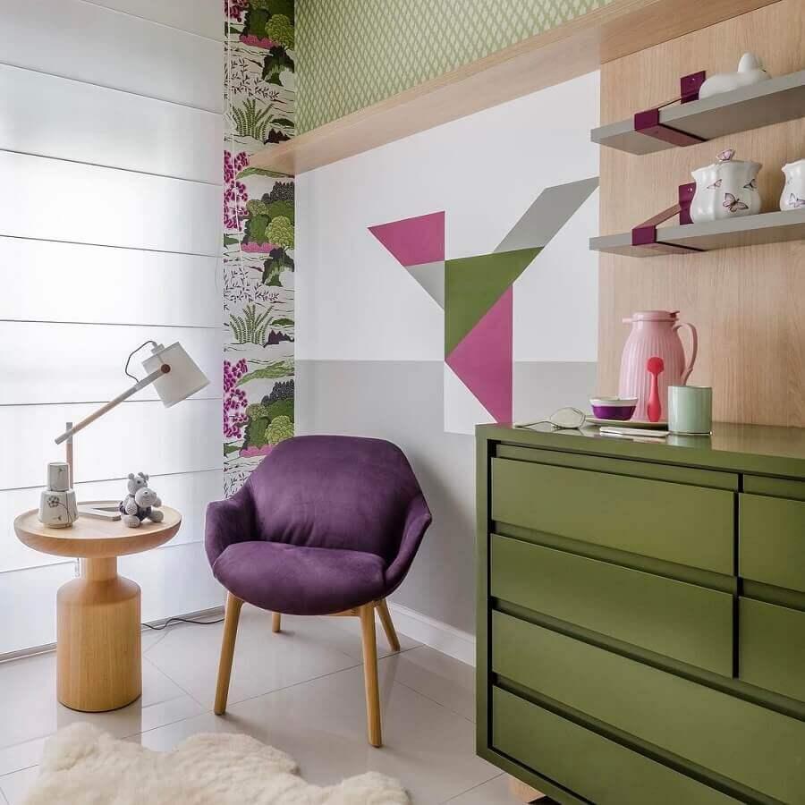 decoração moderna com cômoda verde musgo e poltrona roxa Foto Andrea Murão