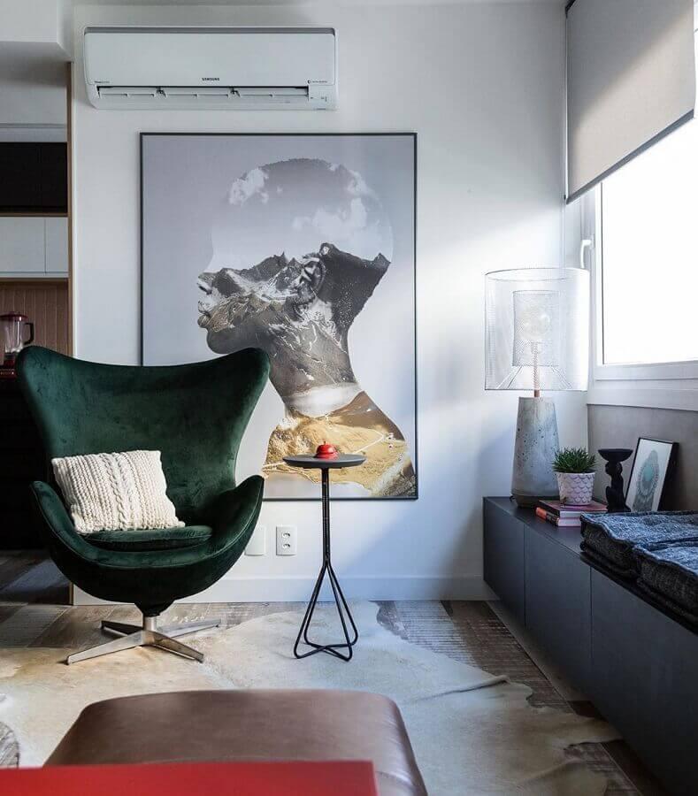 decoração moderna com poltrona verde musgo e quadro grande Foto Arquitetando Ideias