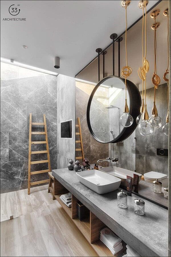 decoração moderna para banheiro cinza com madeira e pendente minimalista dourado Foto ArchiTecture