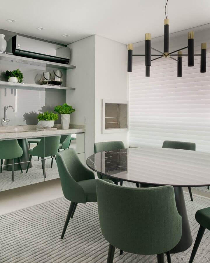 decoração moderna para varanda gourmet com cadeiras verde musgo Foto Thaisa Bohrer