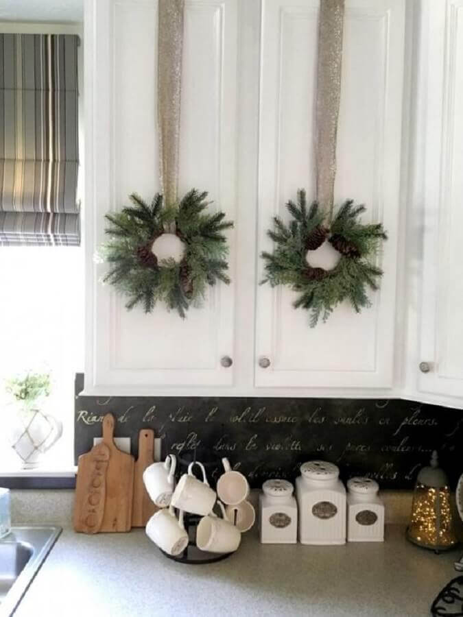 Christmas decoration for kitchen with garlands on the doors of the cabinets Foto Better Homes and Gardens