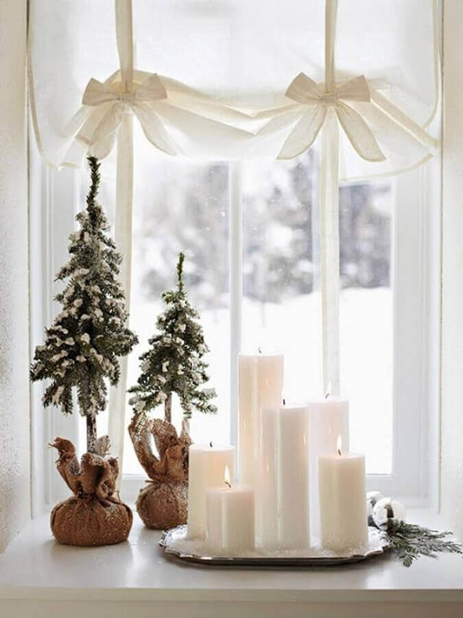 simple christmas decoration with small pine trees and white candles Foto Pinterest