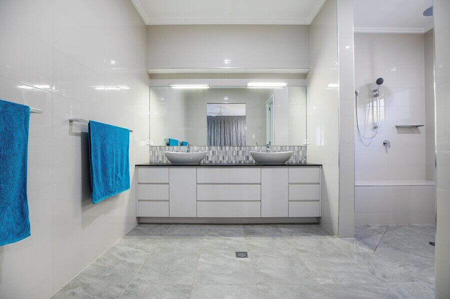 decoração para banheiro amplo e clean