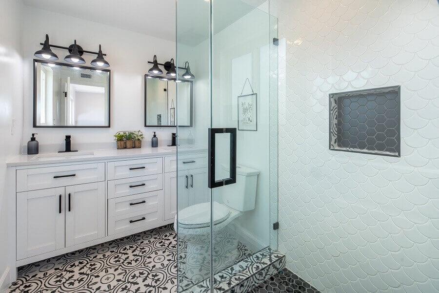 decoração para banheiro branco e preto com armários planejados