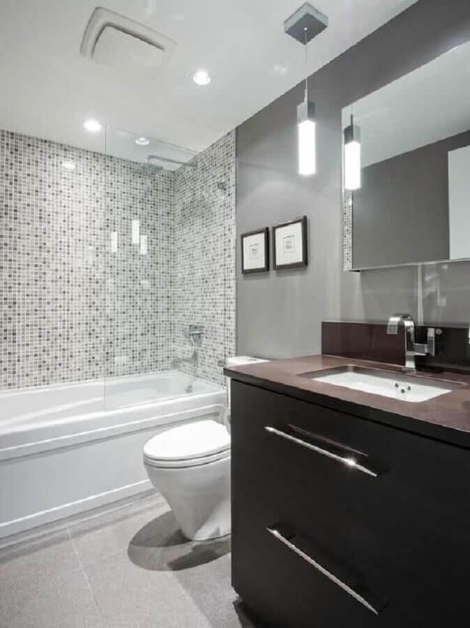 decoração para banheiro cinza claro com banheira e gabinete de madeira escura Foto Decohoms