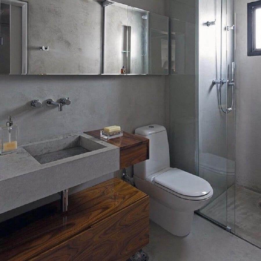 decoração para banheiro cinza com madeira e espelheira Foto Diego Revollo