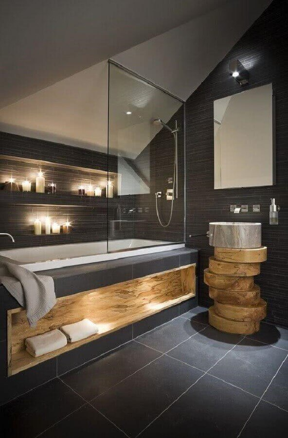 decoração para banheiro cinza com madeira e iluminação embutida Foto Artemis