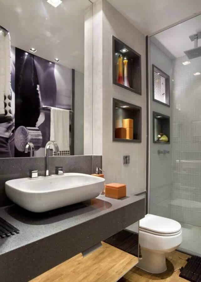 decoração para banheiro cinza com madeira e nicho embutido com iluminação Foto Assetproject