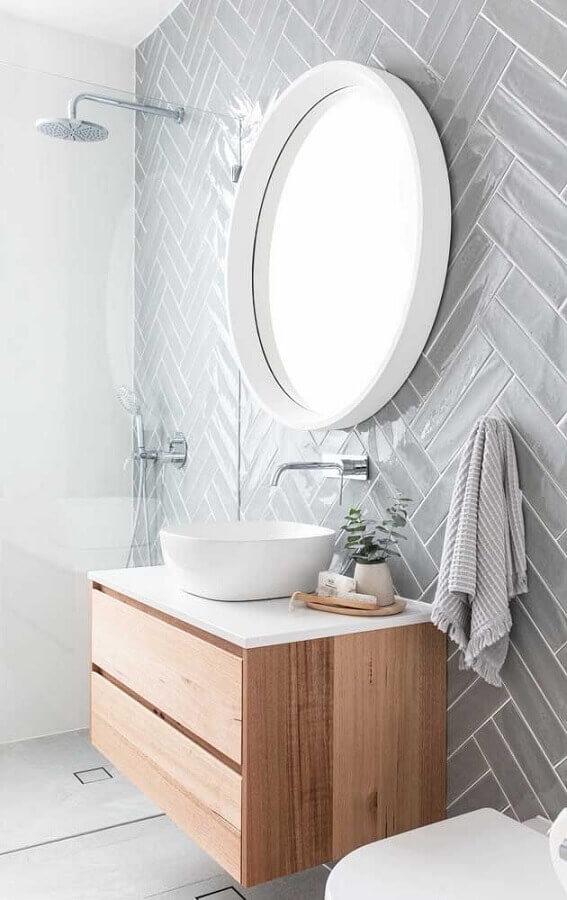 decoração para banheiro cinza e branco com espelho redondo e armário de madeira pequeno Foto Pinterest