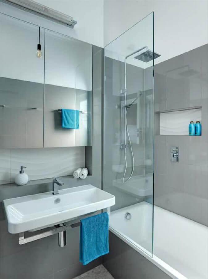 decoração para banheiro cinza pequeno com banheira Foto Arquidicas