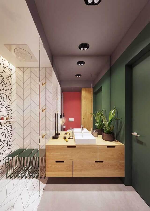 decoração para banheiro moderno com parede verde musgo e gabinete de madeira  Foto iFuun