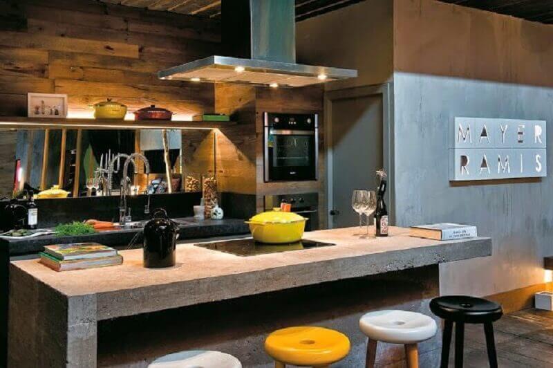 decoração para cozinha com bancada de concreto e revestimento em madeira Foto O Azulejista