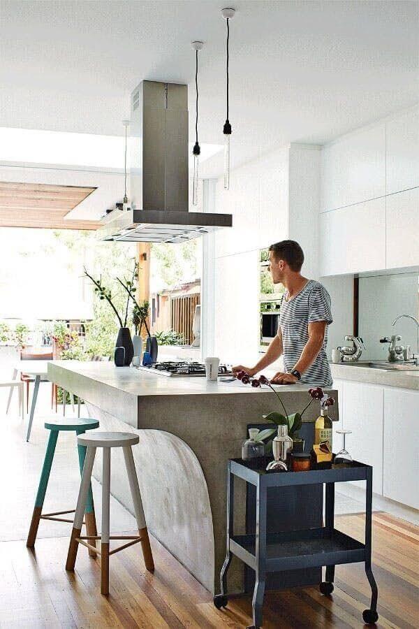decoração para cozinha com bancada de concreto moderna e banquetas de madeira pintadas Foto Pinterest