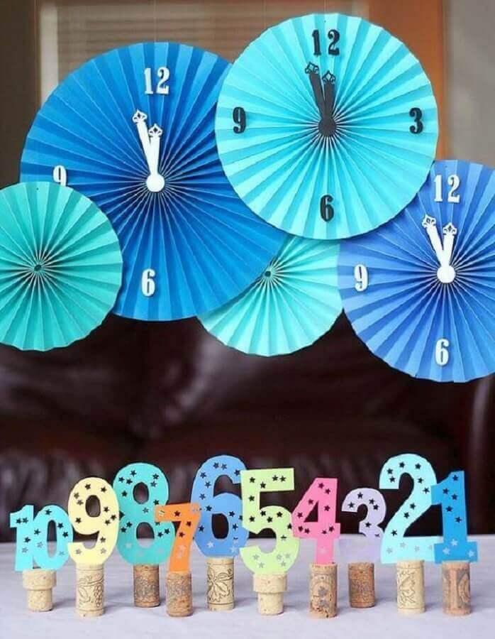 decoração para reveillon com relógios de papel Foto Home Design