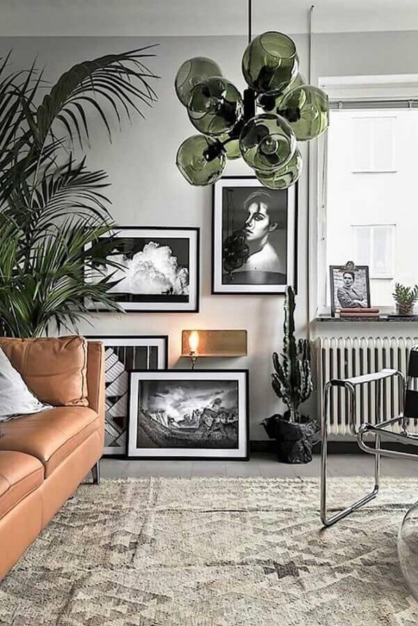 decoração para sala com sofá de couro e luminária verde musgo Foto HomeDeco