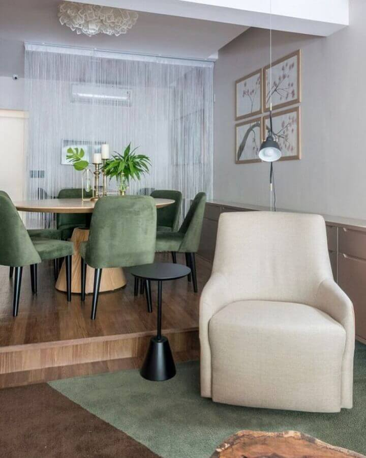 decoração para sala de jantar com mesa redonda e cadeiras verde musgo Foto Mis Arquitetura