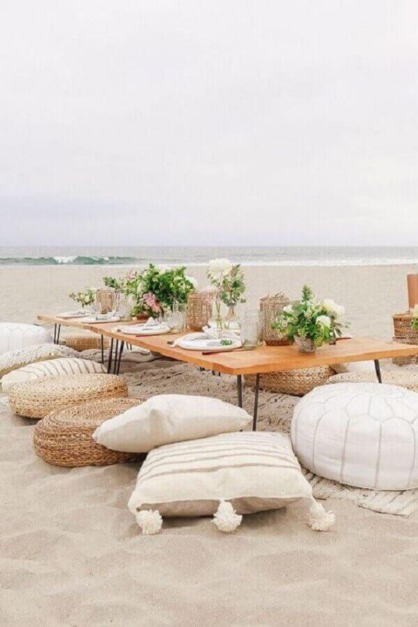 decoração rústica para festa piquenique com mesa baixa e almofadas Foto Pinterest