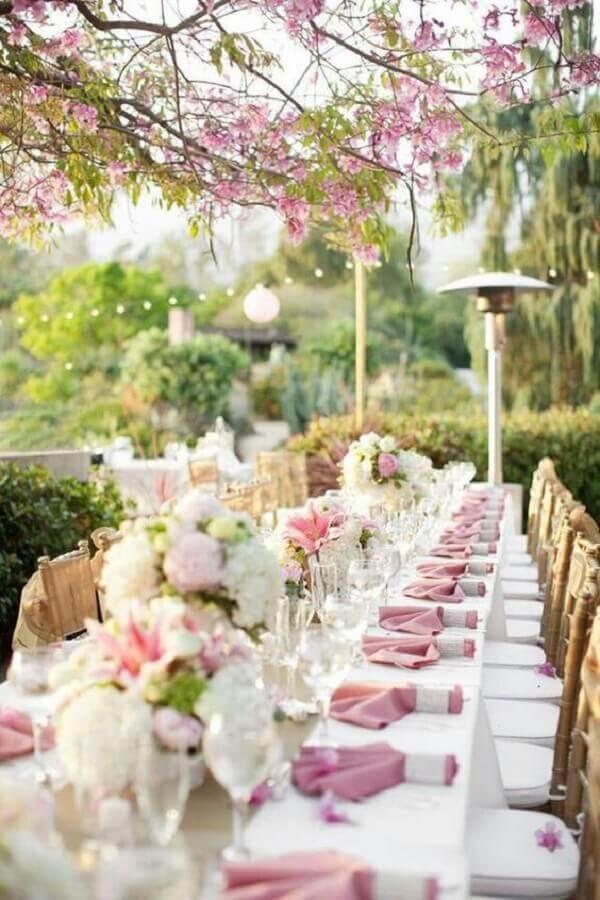 decoração romantica para casamento no campo com guardanapo rosa e arranjo de flores Foto Style Me Pretty