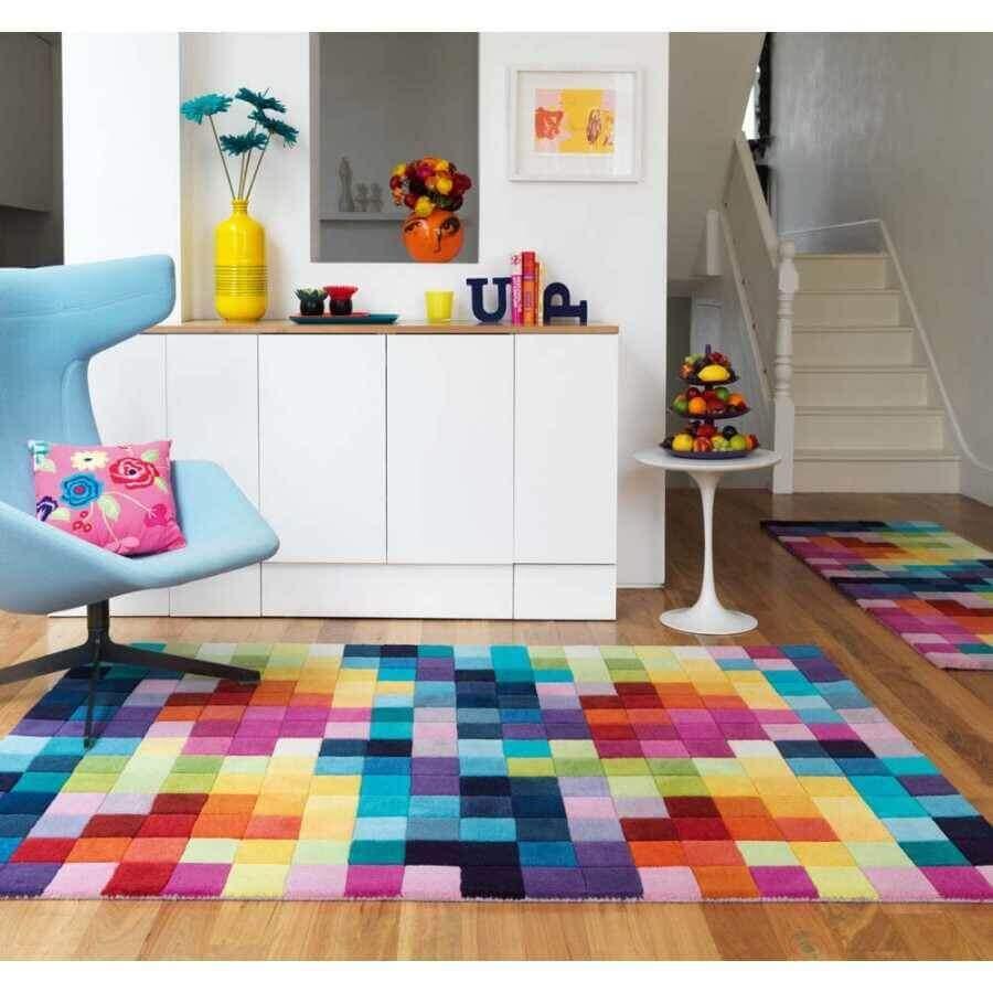 decoração simples com poltrona azul e tapete geométrico colorido Foto Pinterest