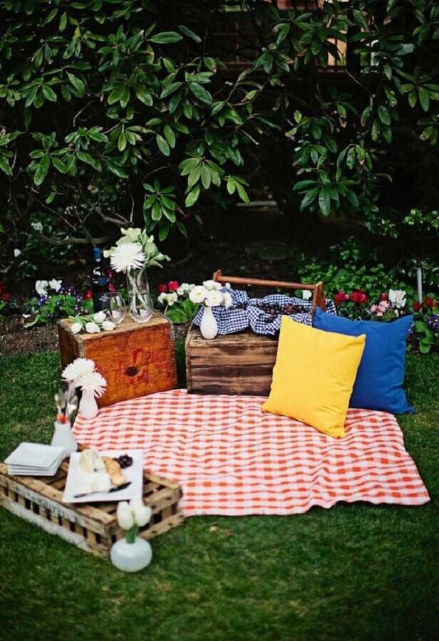 decoração simples de piquenique com caixote de madeira e almofada colorida Foto Ideias Decor